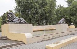 Fontana con i leoni che dormono in tempo nuvoloso a Rostov-On-Don Immagine Stock Libera da Diritti