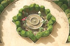 Fontana con l'ars topiaria, Alhambra, Granada, Spagna Fotografia Stock Libera da Diritti