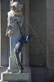 Fontana con la scultura bronzea di un bambino Immagine Stock Libera da Diritti