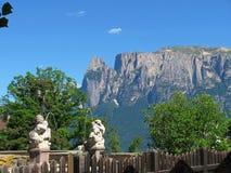 Fontana con le montagne nei precedenti a Bolzano, Italia fotografie stock
