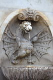 Fontana con una statua del drago situata a Roma Fotografia Stock Libera da Diritti