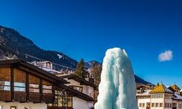 Fontana congelata del ghiaccio in villaggio alpino nevoso Fotografia Stock