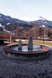 Fontana contemporanea alle alpi europee Fotografia Stock