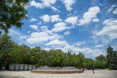 Fontana contro il cielo Fotografie Stock Libere da Diritti