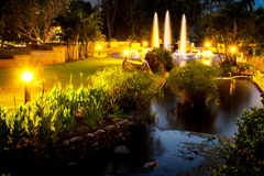 Fontana crepuscolare nel giardino di notte Immagini Stock Libere da Diritti