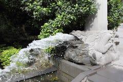 Fontana dalla bocca di un drago di pietra Fotografia Stock Libera da Diritti