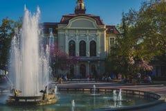 Fontana davanti a Plovdiv& x27; comune di s Fotografie Stock Libere da Diritti