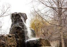 Fontana del giardino di rocce situata lungo la traccia del parco di Shoreline fotografie stock