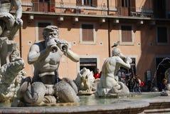 Fontana del Moro in Piazza Navona Mooie oude vensters in Rome (Italië) stock fotografie