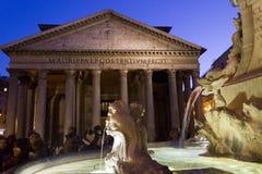 Fontana del Pantheon在罗马,有寺庙和人民的在背景中 免版税库存图片