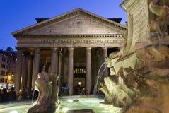 Fontana del Pantheon在罗马,有寺庙的在背景中 免版税图库摄影