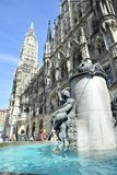 Fontana del pesce nel ` s Marienplatz di Monaco di Baviera Fotografia Stock