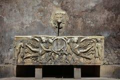 Fontana del Sarcofago precis bredvid coliseumen i Rome Royaltyfria Foton