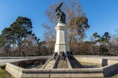 Fontana dell'angelo caduto nel parco di Retiro in città di Madrid, Spagna Fotografie Stock Libere da Diritti