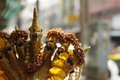 Fontana dell'oro del drago buddista con le offerti del fiore fotografia stock
