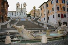 Fontana-della Barcaccia in Piazza di Spagna mit spanischen Schritten I stockbild