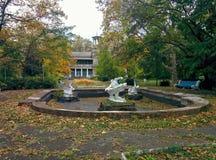 Fontana della casa abbandonata Fotografie Stock