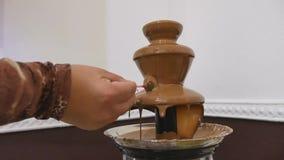 Fontana della cioccolata calda stock footage
