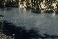 Fontana della primavera del sottosuolo nel fiume del solfuro di idrogeno Fotografie Stock Libere da Diritti