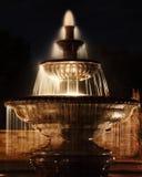 Fontana della sosta alla notte Fotografie Stock
