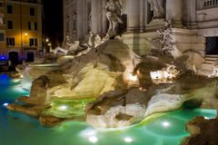 Fontana di由绿色的Trevi Illuminated的水平的看法和 库存图片