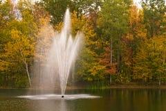 Fontana di acqua con i colori di caduta Fotografia Stock
