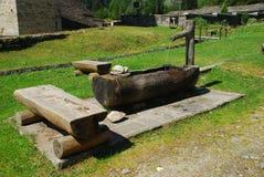 Fontana di acqua di legno alpina Fotografia Stock