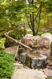 Fontana di acqua in giardino giapponese Fotografia Stock