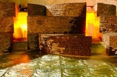 Fontana di acqua illuminata alla notte Fotografie Stock
