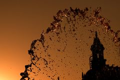 Fontana di acqua nella sera immagini stock libere da diritti