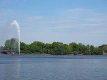 Fontana di Alsterfontaene Alster nel lago interno Binnenalster Alster a Amburgo Fotografie Stock