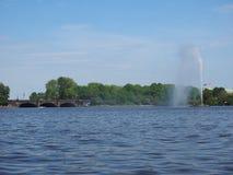 Fontana di Alsterfontaene Alster nel lago interno Binnenalster Alster a Amburgo Immagini Stock Libere da Diritti