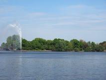Fontana di Alsterfontaene Alster nel lago interno Binnenalster Alster a Amburgo Immagine Stock Libera da Diritti