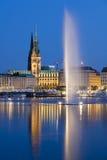 Fontana di Amburgo Alster alla notte Fotografie Stock
