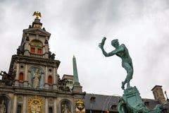 Fontana di Brabo ed architettura fiamminga tradizionale a Grote marzo Fotografie Stock