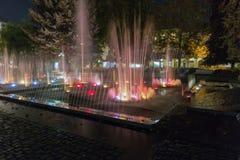 Fontana di canto di notte a Kosice Città Vecchia, Slovacchia Fotografia Stock