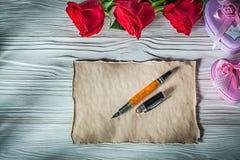 Fontana di carta d'annata p del metallo di regalo delle rose rosse in forma di cuore dei contenitori Immagini Stock Libere da Diritti
