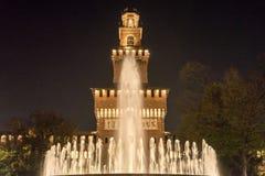 Fontana di Castello Sforzesco nella notte fotografia stock
