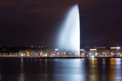 Fontana di Ginevra alla notte Immagini Stock Libere da Diritti