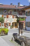 Fontana di legno in Mittenwald in Baviera Fotografie Stock Libere da Diritti
