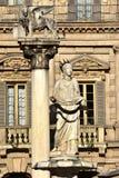 Fontana di Madonna Verona e leone di Venezia, punti di riferimento della città fotografia stock libera da diritti