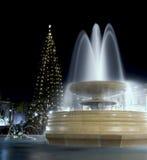 Fontana di marmo alla notte con l'albero di Natale fotografie stock libere da diritti