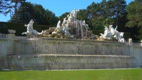 Fontana di Nettuno, giorno di Sunny April Parco di Schonbrunn, Vienna stock footage
