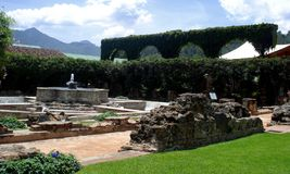 Fontana di pietra situata in un hotel all'Antigua Guatemala Immagine Stock