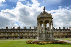 Fontana di pietra storica alla Trinity College Fotografie Stock