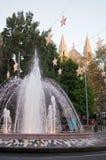 Fontana di Plaza de la Reina con le decorazioni della luce di Natale Immagini Stock Libere da Diritti