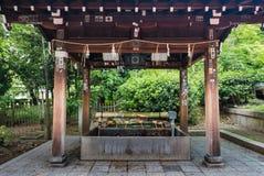 Fontana di purificazione all'entrata del santuario di Yasaka-jinja Immagini Stock Libere da Diritti