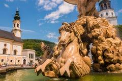 Fontana di Residenzbrunnen sul quadrato di Residenzplatz, Salisburgo, Aus immagini stock