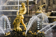 Fontana di Samson, grande cascata in Pertergof Fotografia Stock