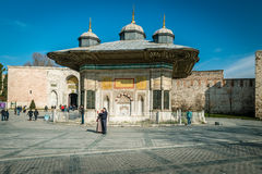 Fontana di Sultan Ahmet III fra Hagia Sophia e Topkapi Fotografie Stock Libere da Diritti